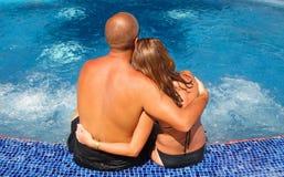 浪漫夫妇松弛近的水池 库存图片