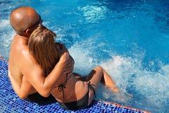 浪漫夫妇松弛近的水池 库存照片
