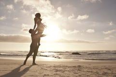 浪漫夫妇跳舞剪影在海滩的 免版税库存照片