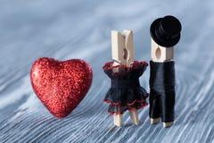 浪漫夫妇 背景高雅重点邀请浪漫符号温暖的婚礼 黑人衣服帽子和新娘的新郎黑礼服的 免版税库存图片