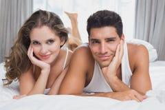 浪漫夫妇画象在床上 图库摄影