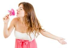 浪漫女孩作白日梦的嗅到上升了与闭上的眼睛 免版税库存照片