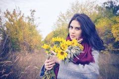 浪漫女孩,有飞行头发的在秋天森林里 库存图片
