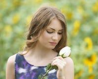 浪漫妇女与起来了说谎在向日葵领域 免版税库存照片
