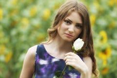 浪漫妇女与起来了说谎在向日葵领域 库存图片