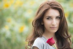 浪漫妇女与起来了说谎在向日葵领域 免版税库存图片