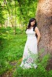 浪漫妇女在夏天森林里 库存照片