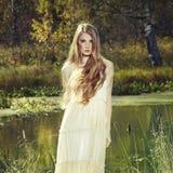 浪漫妇女照片在神仙的森林里 免版税库存照片
