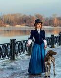浪漫妇女画象葡萄酒礼服的在河 库存图片