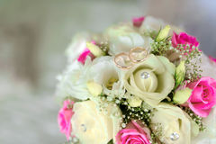 浪漫婚礼花和两只秀丽金戒指 爱庆祝 免版税库存图片