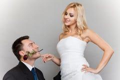 浪漫已婚夫妇新娘和新郎与起来了 免版税库存照片
