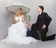 浪漫已婚夫妇新娘和新郎与起来了 免版税库存图片