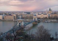浪漫布达佩斯,匈牙利在冬天,与Szechenyi铁锁式桥梁视线内 免版税库存照片