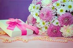 浪漫当前概念-花和礼物盒 免版税库存照片