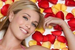 浪漫微笑的妇女 免版税库存照片