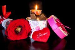 浪漫心形的巧克力爱与蜡烛和红色玫瑰情人节 免版税库存照片