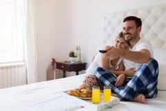 浪漫愉快的夫妇吃早餐在床 图库摄影