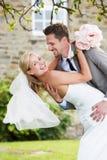 浪漫拥抱的新娘和新郎户外 免版税图库摄影