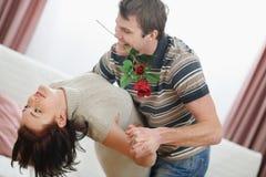 浪漫新夫妇跳舞与上升了 免版税库存图片