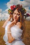 浪漫新娘佩带的花花圈和薄绢 免版税库存图片