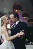 浪漫新婚佳偶、新娘和新郎首先跳舞,握手, 免版税库存图片