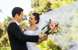 浪漫新婚佳偶夫妇跳舞在公园 免版税库存图片