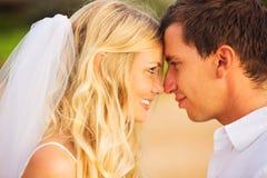 浪漫新婚的夫妇亲吻在是的新娘和新郎 免版税库存图片