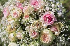 浪漫新婚礼bouquetof新鲜的桃红色玫瑰 库存图片