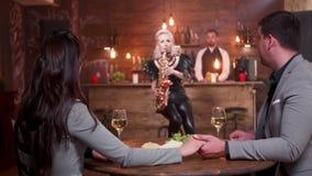 浪漫日期在一个独奏爵士乐音乐会期间的葡萄酒餐馆 影视素材
