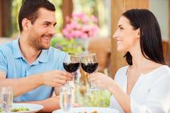 浪漫日期在餐馆 免版税库存照片