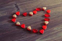 浪漫日期感觉假日形状心脏妇女天使报喜节华伦泰概念 在天花板关闭上的上面果冻candi看法照片  免版税库存照片