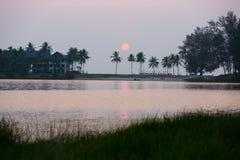 浪漫日落在普吉岛,泰国 免版税库存照片