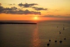 浪漫日落风景海景在有帆船剪影、抽象云彩和光反射的浩大的爱琴海 库存图片