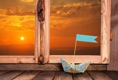 浪漫日落:在窗口外面的看法 与小船fo的背景 免版税图库摄影