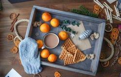 浪漫早餐在一张床上用可可粉蜜桔和薄酥饼 免版税库存照片