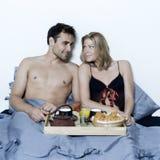 浪漫早餐在床上 免版税库存照片