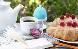 浪漫早餐在露天的村庄 免版税库存图片