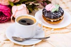 浪漫早餐杯强的热的浓咖啡和蛋糕 免版税库存照片