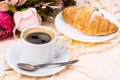 浪漫早餐杯强的热的浓咖啡和蛋糕 库存照片