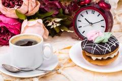 浪漫早餐杯强的热的浓咖啡和蛋糕 免版税库存图片