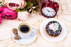 浪漫早餐杯强的热的浓咖啡和蛋糕 图库摄影