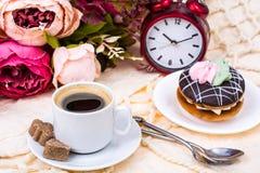 浪漫早餐杯强的热的浓咖啡和蛋糕 库存图片