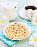 浪漫早餐概念咖啡与糖结冰的装饰了心形的曲奇饼 免版税库存照片