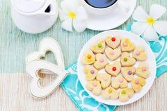 浪漫早餐概念咖啡与糖结冰的装饰了心形的曲奇饼 免版税图库摄影