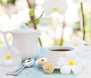浪漫早餐概念咖啡与糖结冰的装饰了心形的曲奇饼 库存照片