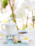 浪漫早餐概念咖啡与糖结冰的装饰了心形的曲奇饼 免版税库存图片