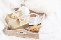 浪漫早餐用咖啡、曲奇饼和礼物盒,生日, 免版税库存图片