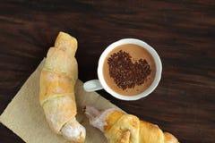 浪漫早餐-可口新鲜的新月形面包,可可粉 免版税库存照片