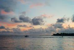 浪漫晚上天空、海洋和小船在基韦斯特岛,佛罗里达 库存图片