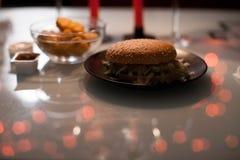浪漫晚餐两杯酒和candels,汉堡包,矿块在与新年光的黑暗在 库存图片